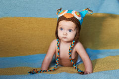Weinig pasgeboren baby met grote ogen hoed-breit op een duidelijke achtergrond Royalty-vrije Stock Fotografie
