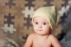 Weinig pasgeboren baby met grote ogen hoed-breit op een duidelijke achtergrond Royalty-vrije Stock Afbeelding