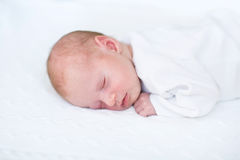Weinig pasgeboren babyjongen op witte gebreide deken Royalty-vrije Stock Foto's