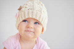 Weinig pasgeboren babymeisje in gebreide hoed Stock Fotografie