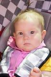 Weinig pasgeboren babymeisje rust in de autozetel Stock Fotografie