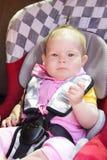 Weinig pasgeboren babymeisje rust in de autozetel Stock Foto