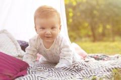 Weinig pasgeboren de jongensjong geitje van de zuigelingsbaby op een plaid in park De zomer Su royalty-vrije stock afbeeldingen