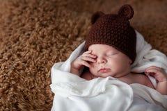 Weinig pasgeboren jongensslaap Royalty-vrije Stock Foto's