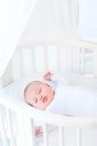 Weinig pasgeboren slaap van de babyjongen in witte ronde voederbak Stock Foto's