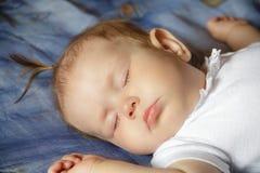 Weinig pasgeboren slaap van het babymeisje Royalty-vrije Stock Fotografie
