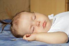 Weinig pasgeboren slaap van het babymeisje Stock Afbeelding