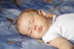 Weinig pasgeboren slaap van het babymeisje Royalty-vrije Stock Afbeeldingen