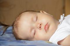 Weinig pasgeboren slaap van het babymeisje Stock Foto