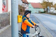 Weinig peuterjong geitjejongen die op fiets berijden stock foto