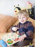 Weinig peuterjongen die met houten speelgoed spelen Royalty-vrije Stock Afbeeldingen