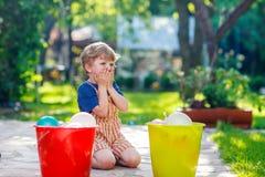 Weinig peuterjongen die pret met het bespatten van water in de zomergeep hebben Royalty-vrije Stock Afbeelding