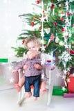 Weinig peutermeisje en haar pasgeboren babybroer onder Kerstboom stock foto
