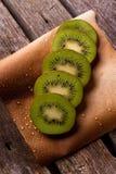 Weinig plakken van kiwi op peper met dalingen Stock Foto