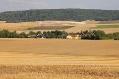 Weinig plattelandsdorp in noordelijk Frankrijk Stock Foto's
