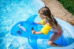 Weinig pretmeisje is zwembad Royalty-vrije Stock Afbeeldingen