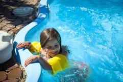 Weinig pretmeisje is zwembad Stock Afbeeldingen