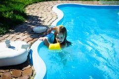 Weinig pretmeisje is zwembad Royalty-vrije Stock Afbeelding