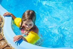 Weinig pretmeisje is zwembad Stock Fotografie