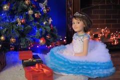 Weinig prinses bij de Kerstboom Stock Fotografie