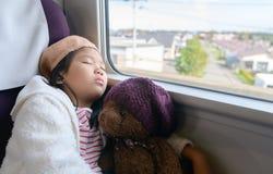 Weinig reiziger het luisteren muziek en slaap royalty-vrije stock foto