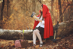Weinig rode berijdende kap en haar bijl Stock Foto's