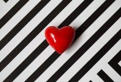 Weinig rood hart op een zwarte witte achtergrond royalty-vrije stock afbeelding
