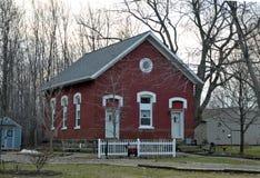 Weinig rood huis van de schoolgebouwstijl royalty-vrije stock afbeeldingen