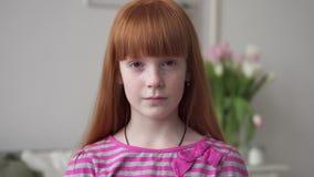 Weinig roodharig meisje met sproeten het glimlachen stock footage