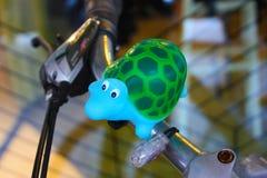 Weinig schildpad is de decoratie van een fiets royalty-vrije stock foto's