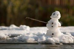 Weinig sneeuwman op een lijst Royalty-vrije Stock Afbeelding