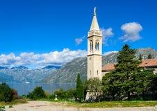 Weinig stad bij de kust van de baai van Boka Kotor (Boka Kotorska), Montenegro, Europa Stock Foto