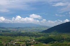 Weinig stad onder bergen Royalty-vrije Stock Afbeelding