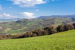 Weinig stadsmontepulciano in het gebied van Toscanië stock afbeeldingen