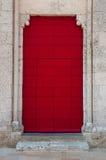 Weinig stap aan antieke rode deur Royalty-vrije Stock Afbeeldingen