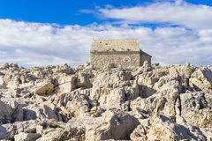 Weinig steenkapel en kerk in Razanj Kroatië Stock Fotografie