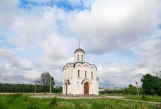 Weinig steenkerk op de hemelachtergrond Royalty-vrije Stock Foto's