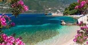 Weinig strand in Vasiliki-stad, het eiland van Lefkada, Griekenland stock afbeeldingen