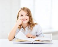 Weinig studentenmeisje die op school bestuderen Stock Fotografie