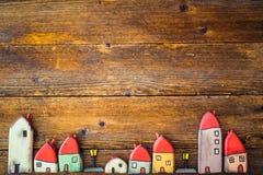 Weinig stuk speelgoed, geschilderde blokhuizen stock foto