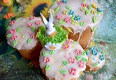 Weinig stuk speelgoed konijn op traditionele Pasen-cake Royalty-vrije Stock Afbeelding