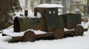Weinig stuk speelgoed trein die zich in de sneeuw bevinden Stock Fotografie