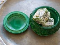 Weinig stukken Turkse verrukkingen in smaragdgroene kist stock foto's