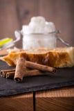 Weinig stukken van bruine droge kaneel voor appelstrudel Royalty-vrije Stock Fotografie