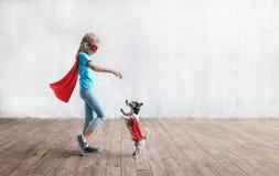 Weinig super meisje met een hond stock afbeelding
