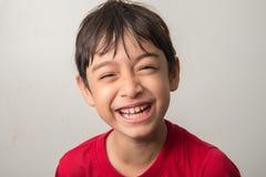 Weinig tarief die van de jongensmengeling met gelukkig gezicht lachen stock foto's