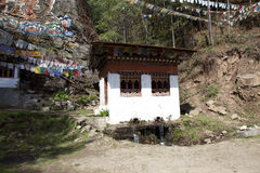 Weinig tempel en gebedvlaggen dicht bij de Tango Goemba in Thimphu - Bhutan Stock Foto