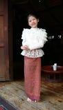 Weinig Thais meisje in een traditioneel kostuum Royalty-vrije Stock Foto's