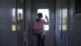 Weinig tiener is een backpacker die door trein reizen de spoorwegconcept van het reisvervoer de school van de toeristenlevensstij stock video