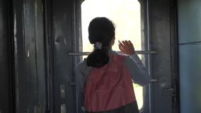 Weinig tiener is een backpacker die door treinlevensstijl reizen de spoorwegconcept van het reisvervoer Toerist stock videobeelden
